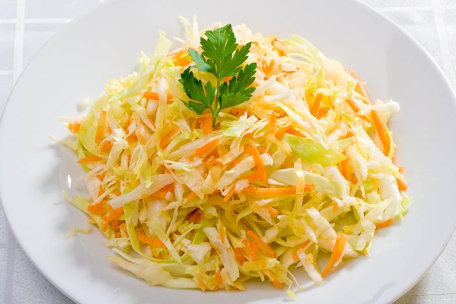 Салат из свежей капусты моркови и яблок рецепт очень вкусный